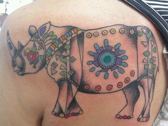 bello stilizzato colorato rinoceronte tatuaggio disegno su spalla