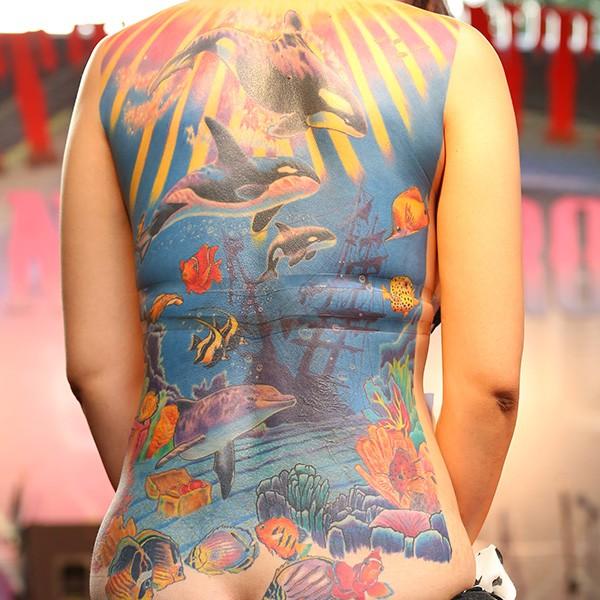 mondo subacqueo variopinto oceano balene killer tatuaggio su tutta schiena