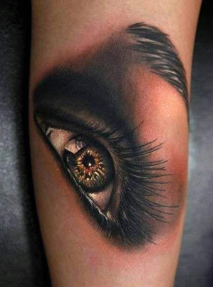 Tatuaggio bello sul braccio l&quotocchio umano