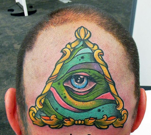 colorato terzo occhio che tutto vede tatuaggio su testa di uomo