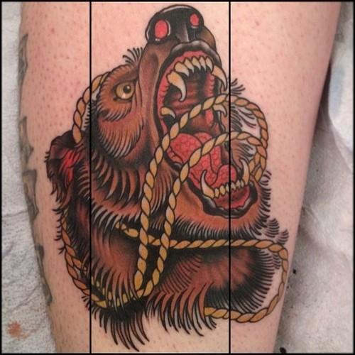 colorato orso aggressivo con catena tatuaggio