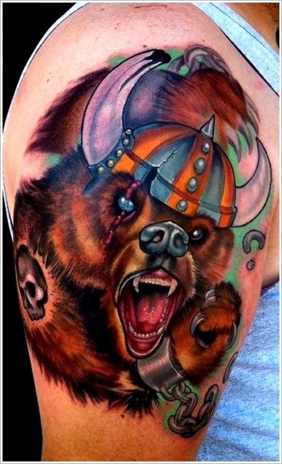 colorato orso in casco di vichingo tatuaggio sulla spalla