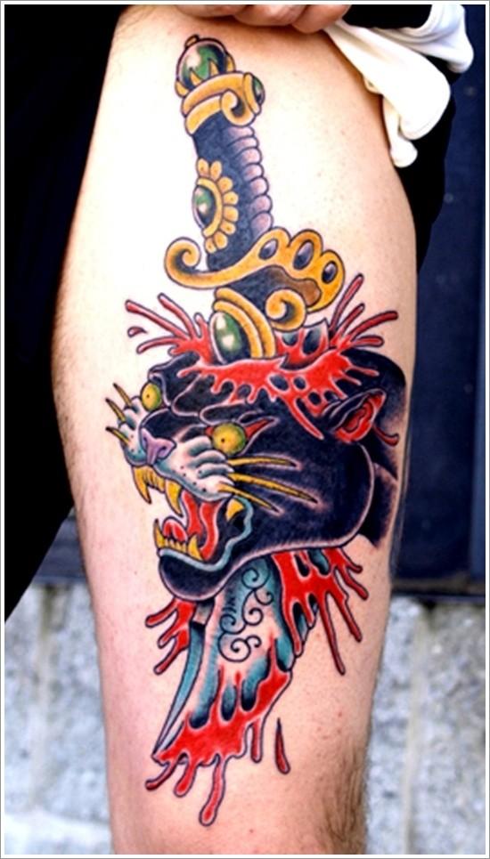 pugnale colorato trafigge testa di pantera nera tatuaggio sulla gamba