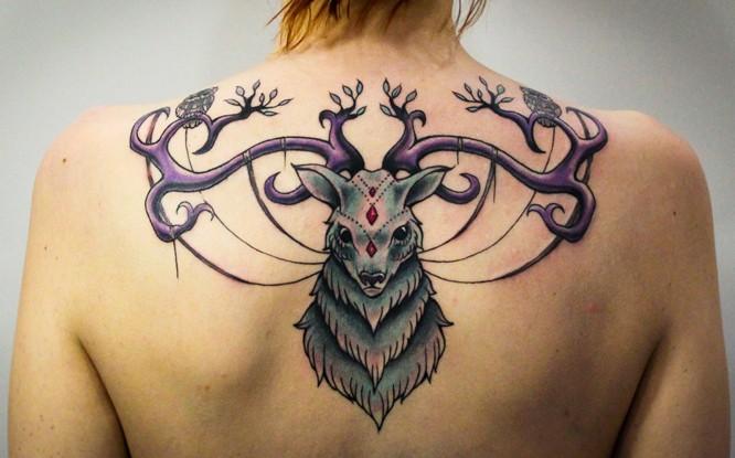 Tatuaje en la espalda, ciervo raro, multicolor