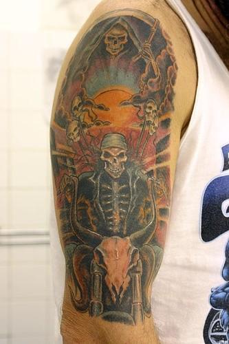 colorato triste mietitore con scheletro corridore tatuaggio sulla spalla
