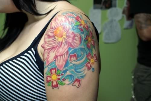 colorato loto tatuaggio sulla spalla
