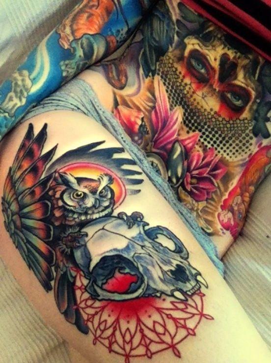 Tatuaggio simpatico sulla gamba il gufo& il teschio