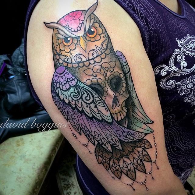 Tatuaje en el brazo, lechuza con cráneo en lugar del cuerpo
