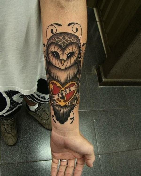 colorato gufo con cuore avambraccio tatuaggio