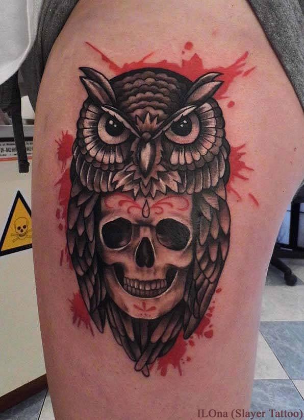 Tatuaggio carino sul braccio il gufo sopra il teschio