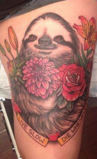accidia con fiori e citazione tatuaggio sulla coscia