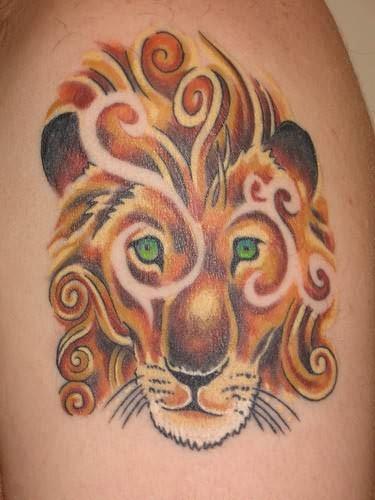 leone colorato stilizzato con occhi verdi tatuaggio