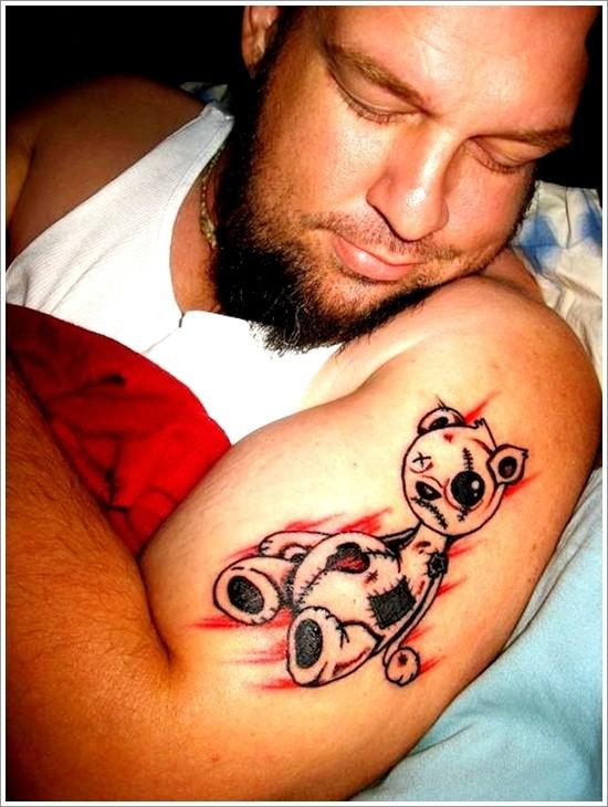 Tatuaggio curioso sul braccio l&quotorsetto Teddy ferito