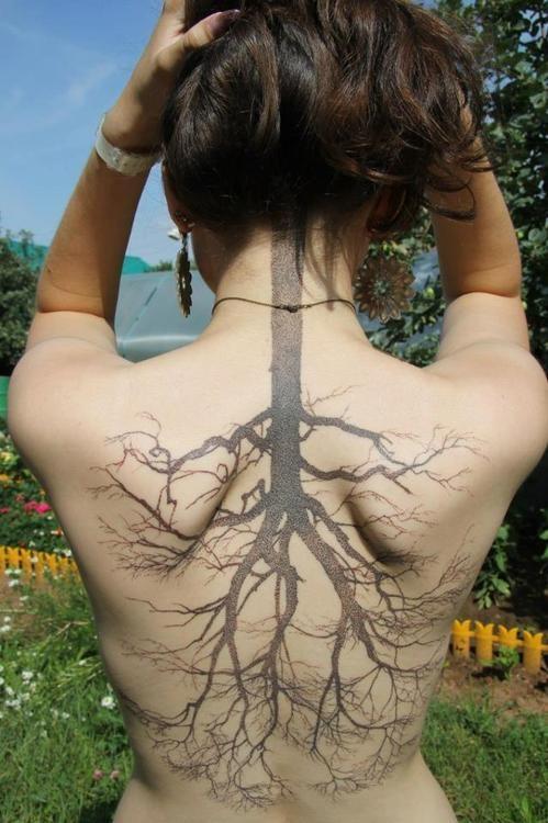 Tatuaggio curioso sulla schiena l&quotalbero nero