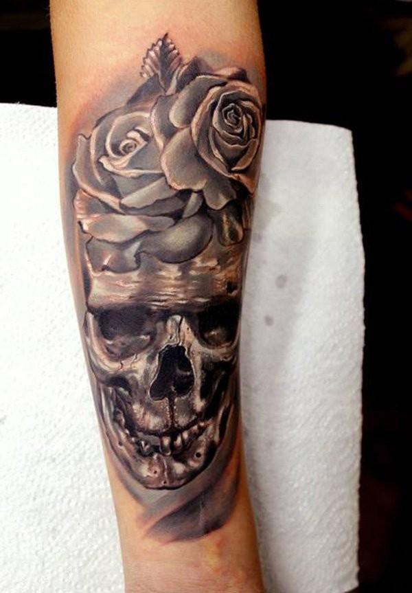 fresco 3D dettagliato di ferro grande cranio con fiore tatuaggio su braccio