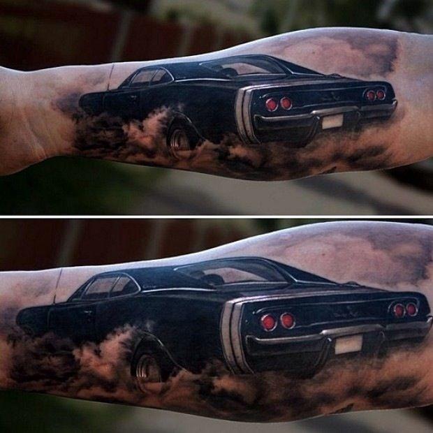 fresca macchina nera avambraccio tatuaggio