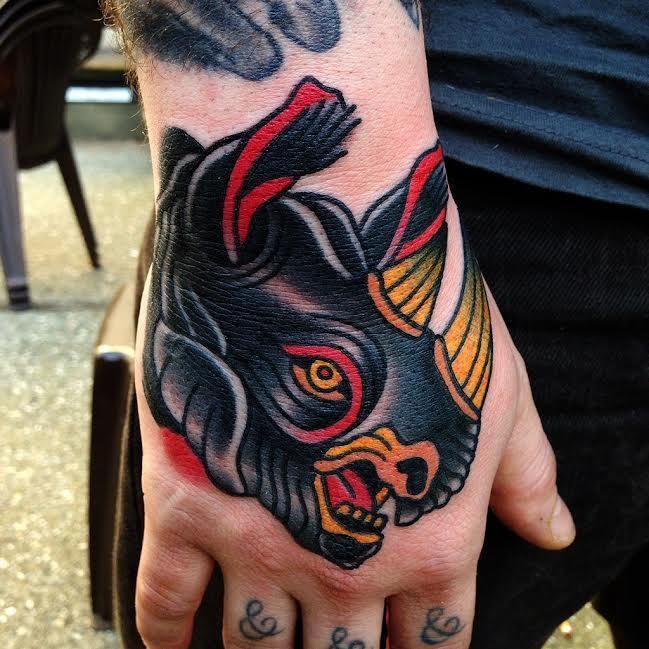 fresco nero dipinto rinoceronte tatuaggio su mano di uomo