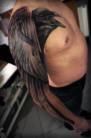 Tatuaggio impressionante sul braccio grande corvo nero