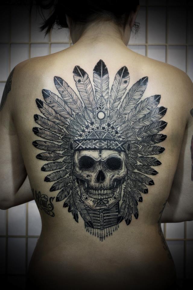 Cooler schwarzer Schädel im Indianer-Kopfschmuck Tattoo am Rücken