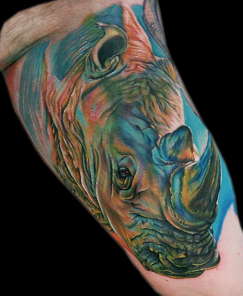 fresco colorato rinoceronte tatuaggio su braccio