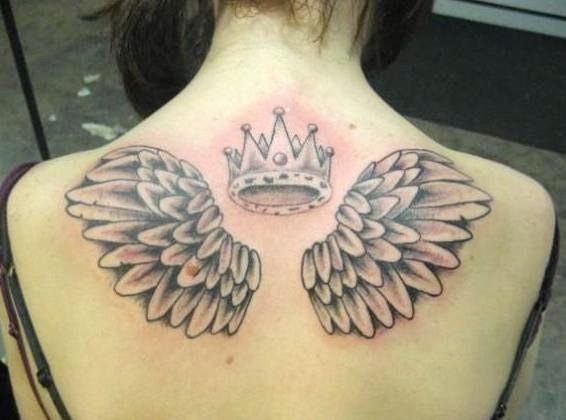 fresco corona e ali tatuaggio sulla schiena per ragazza