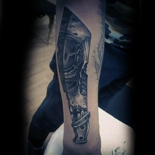 Tatuaje en el antebrazo, espada exclusivo con ornamento de cráneo