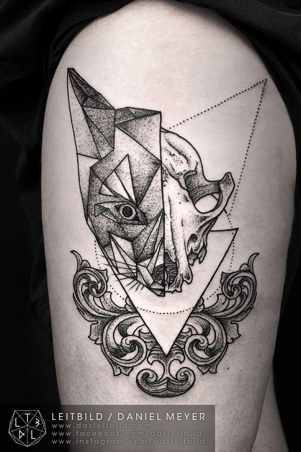 particolare cranio geometrico a meta` animale tatuaggio su coscia