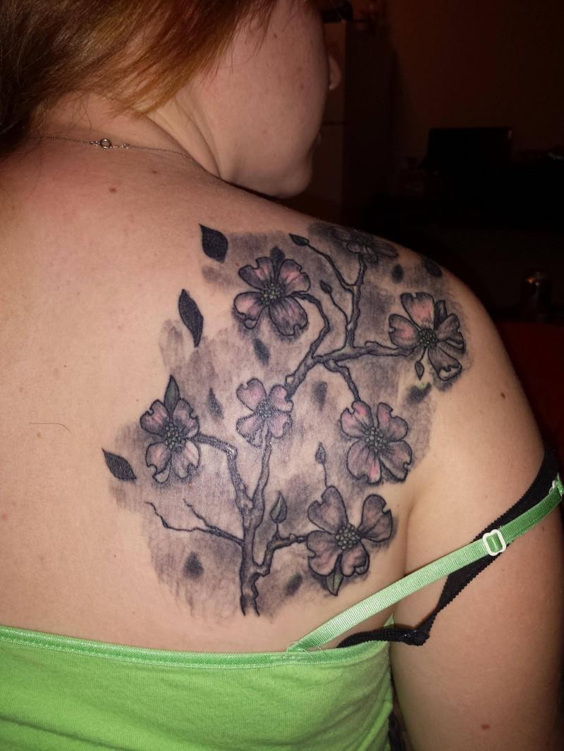 Tatuaje en la espalda, rama de sakura, tinta gris