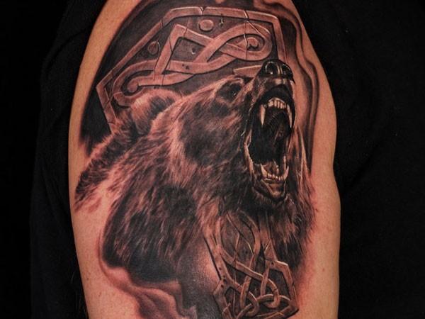 fresca idea di orso muso aperto tatuaggio sulla spalla