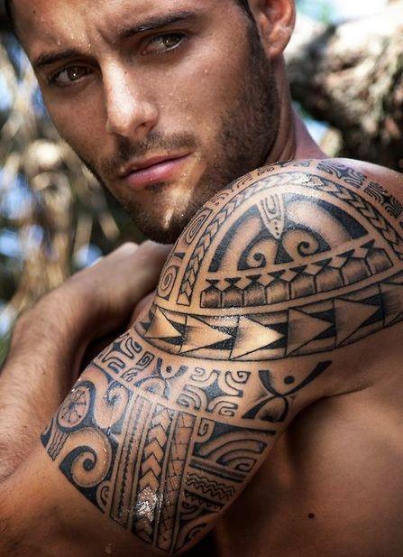 fresca idea di polinesiano tatuaggio a mezza manica