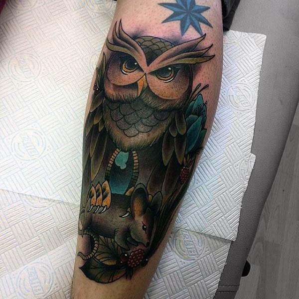 Tatuaje colorido de lechuza severa con rata en garras