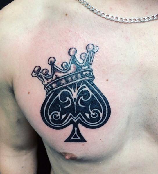 carino dipinto piccolo simbolo di picche con corona tatuaggio su petto