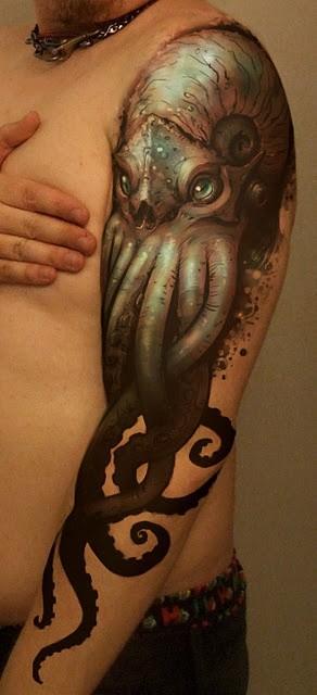 bella realistica medusa guardando tatuaggio su braccio