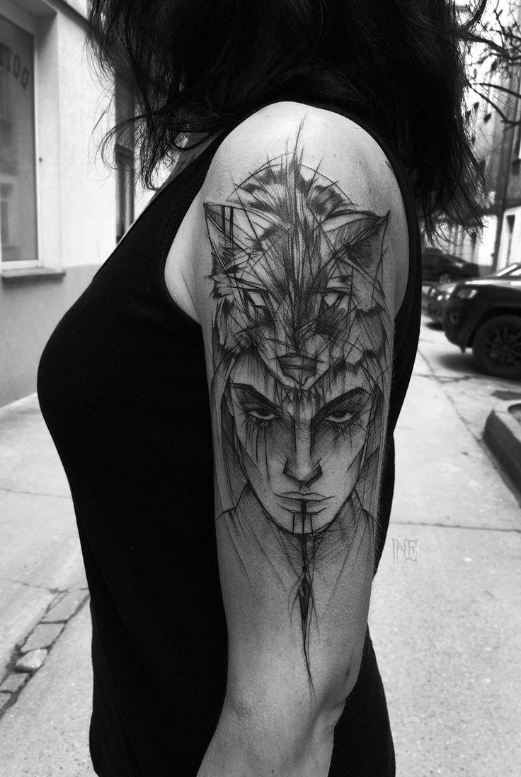 Fresco estilo de dibujo tatuaje de brazo negro de tinta negra de mujer misteriosa con casco de piel de animal