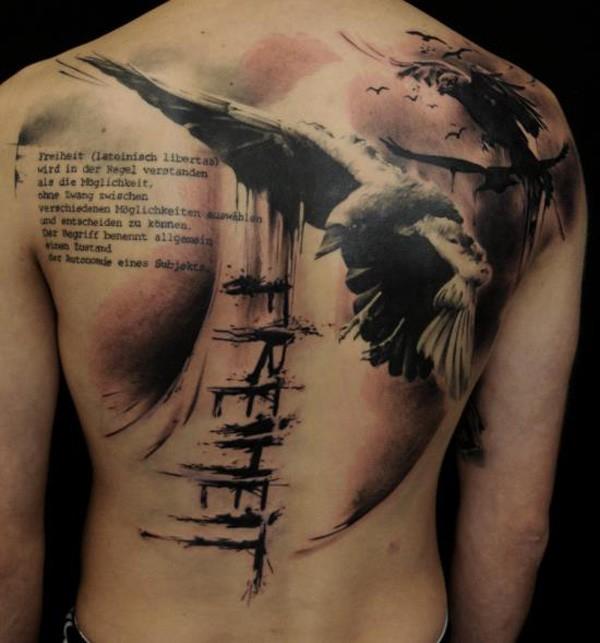 Tatuaggio grande sulla schiena il corvo nero & la scritta