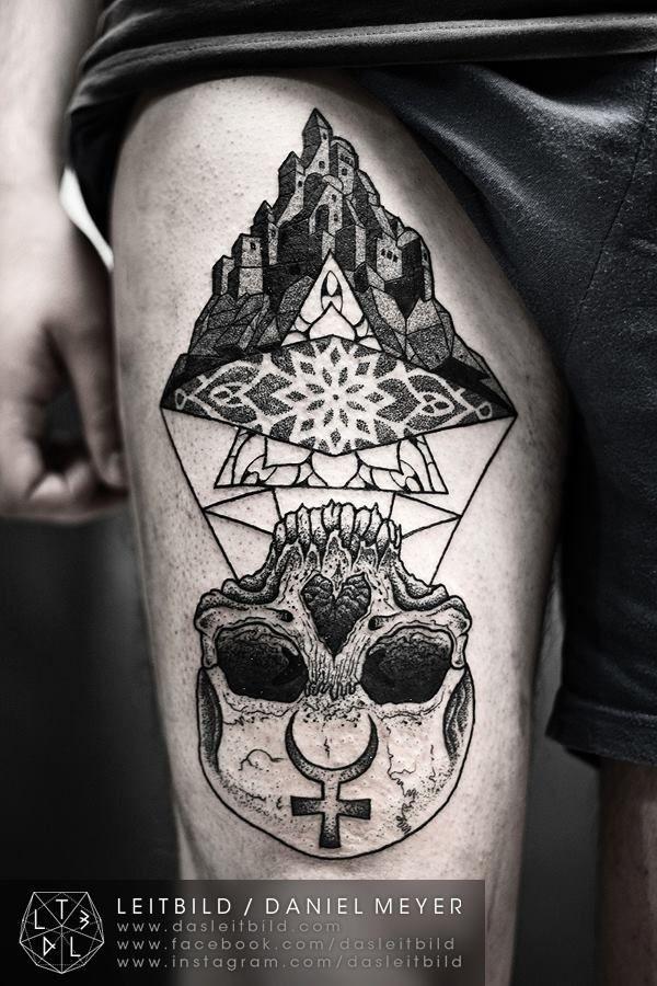 raccapricciante culto nero e bianco cranio con vecchio castello tatuaggio su coscia