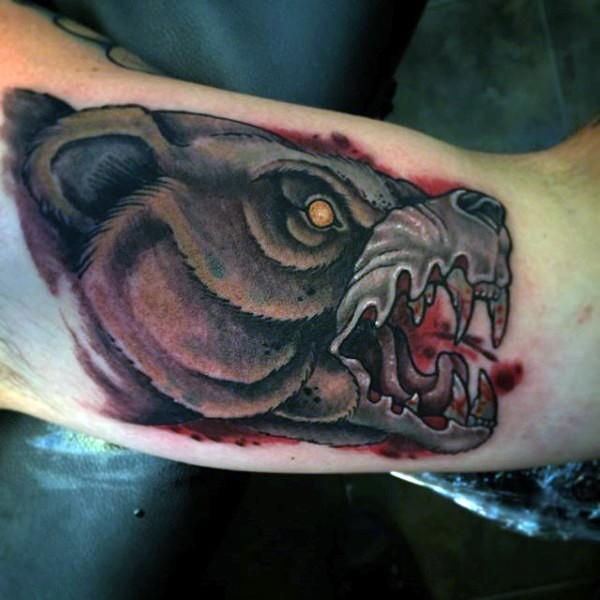 raccapricciante demonio insanguinato colorato testa di orso tatuaggio su braccio
