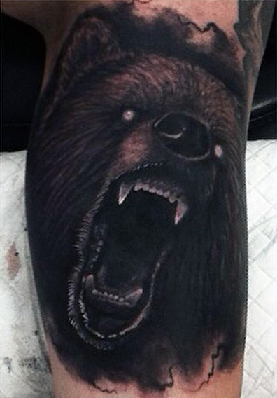 raccapricciante demonio orso ruggente  tatuaggio colorato su gamba