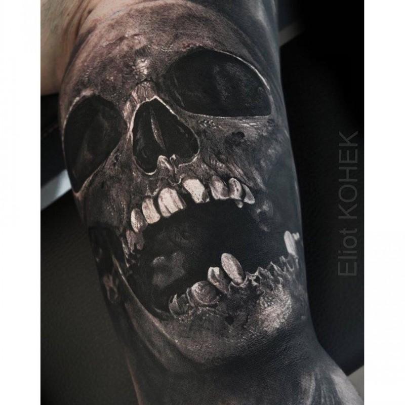 Creepy dall&quotaspetto colorato del tatuaggio di Eliot Kohek del teschio umano