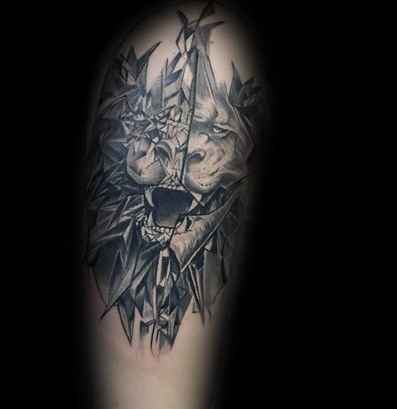 Tatuaggio dall&quotaspetto inquietante del ritratto di leone corrotto dal male
