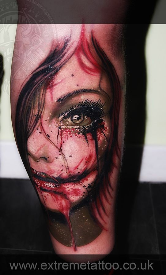 raccapricciante zombie mostro colorato di sangue ragazza tatuaggio su gamba