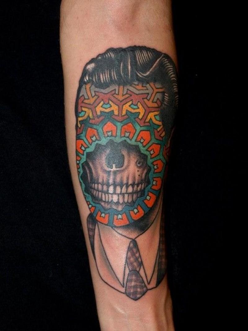 particolare dipinto mistico stilizzato ritratto tatuaggio su braccio