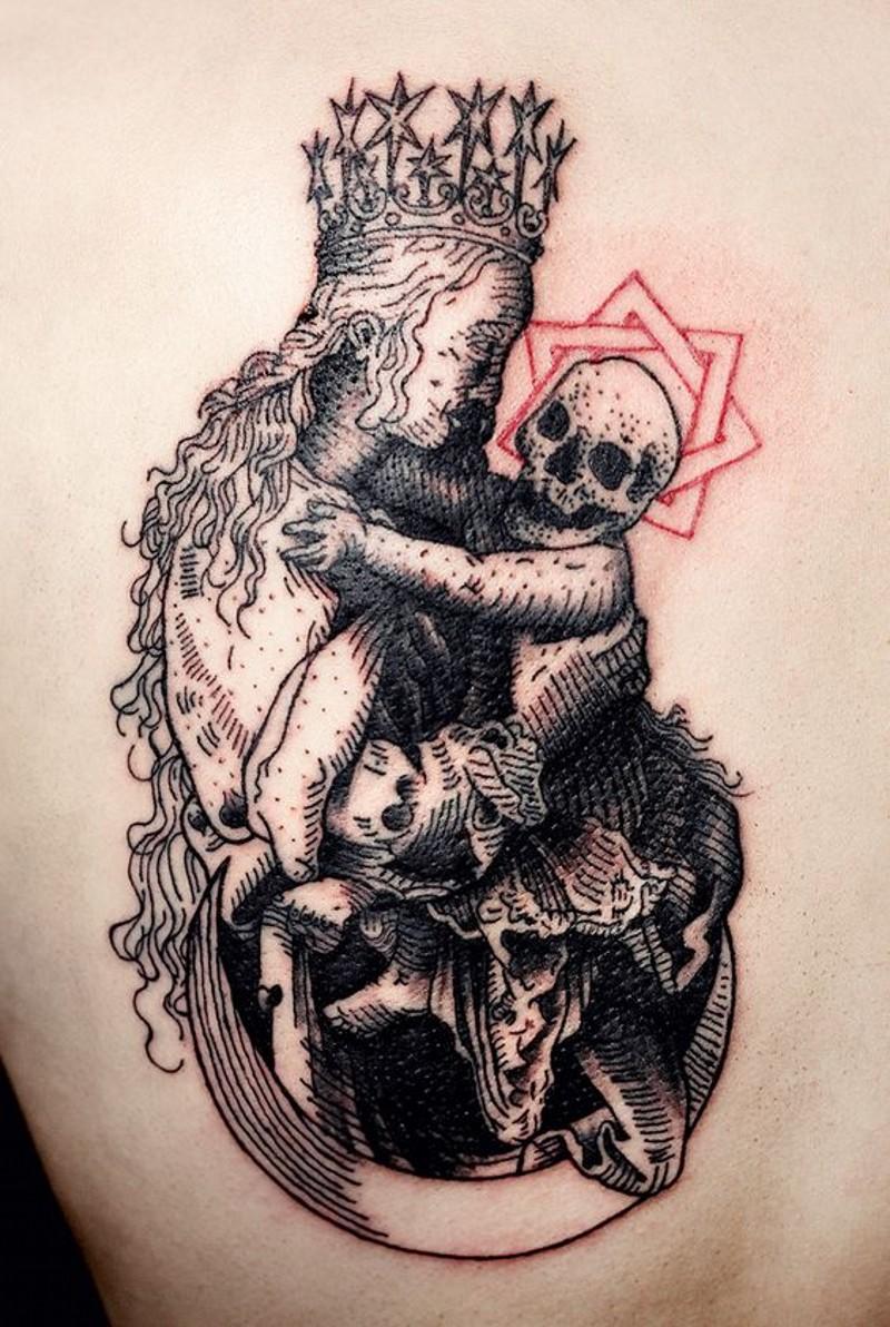 particolare dipinto inchiostro nero donna  con bambino morto tatuaggio