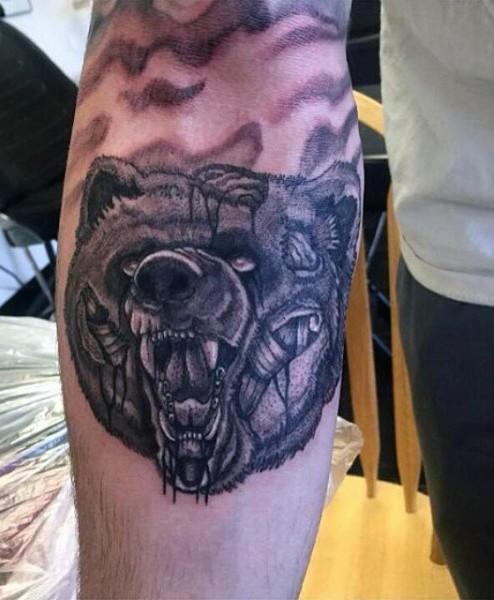 raccapricciante zombie nero e bianco testa di orso tatuaggio su braccio