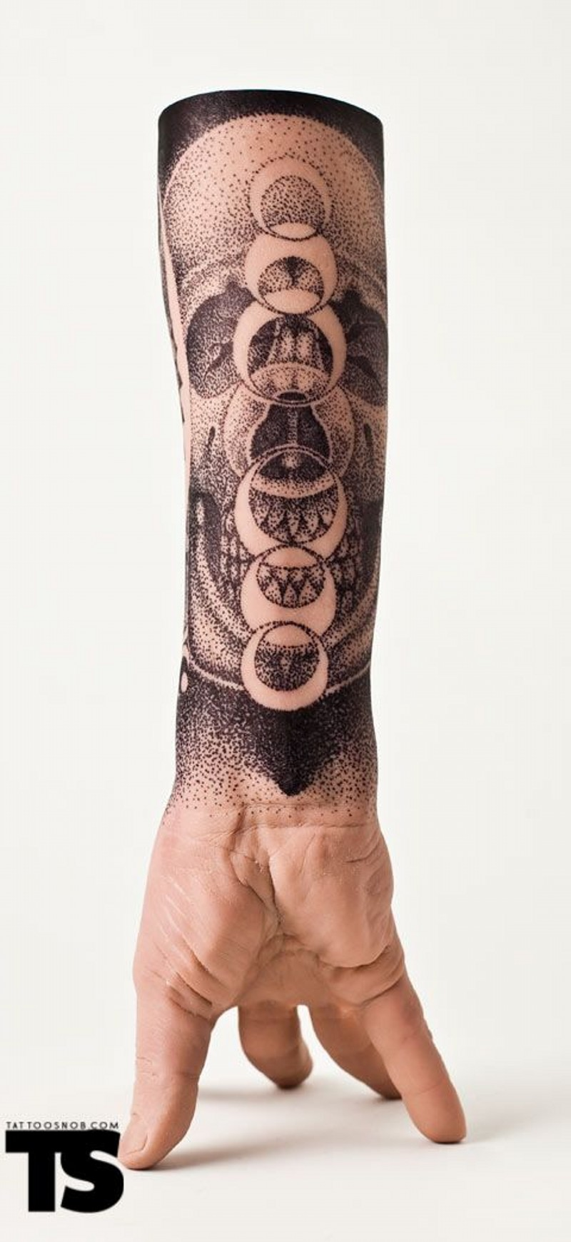 particolare bello e bianco cranio con pianete tatuaggio su polso