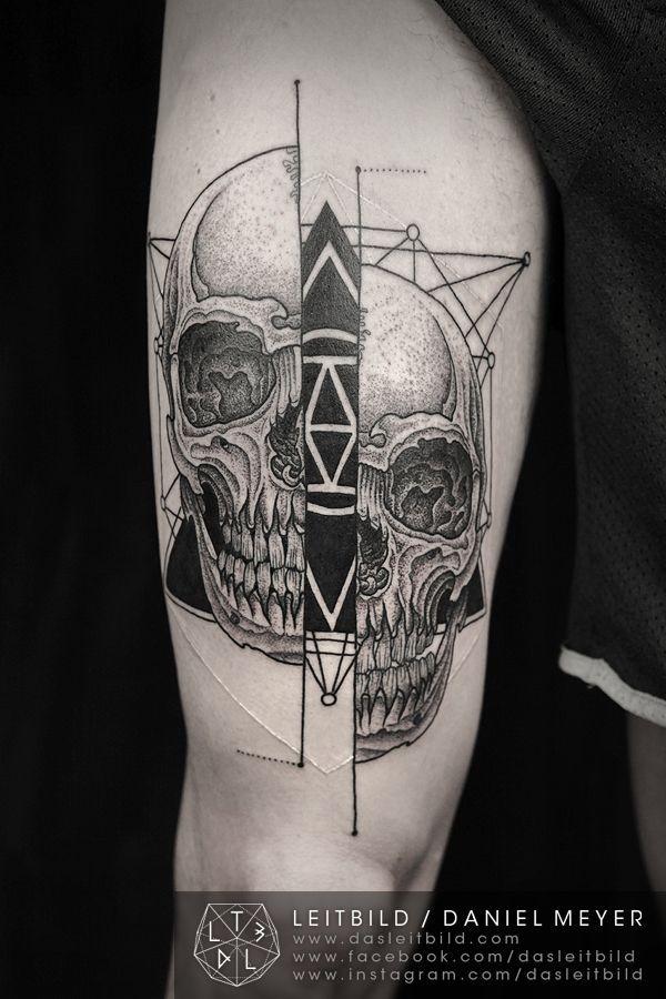 particolare stile culto inchiostro nero teschio frammentato con piramida mistica tatuaggio su coscia