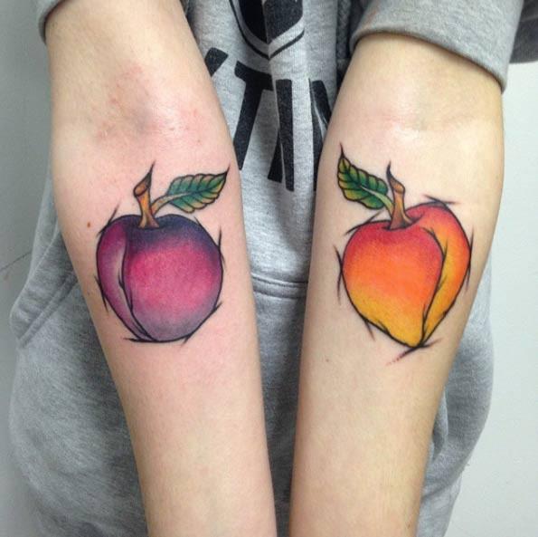 Tatuaje de frutas apetitosas  en los antebrazos