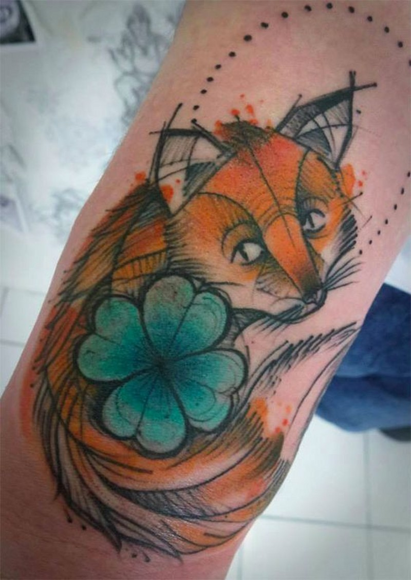 carino cartone animato stile colorato volpe triste con quadrifoglio tatuaggio su braccio