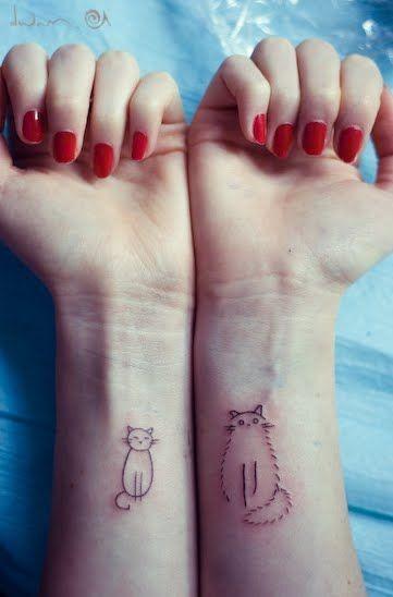 Tatuaggio semplice sulle mani il gatto piccolo& il gatto grande