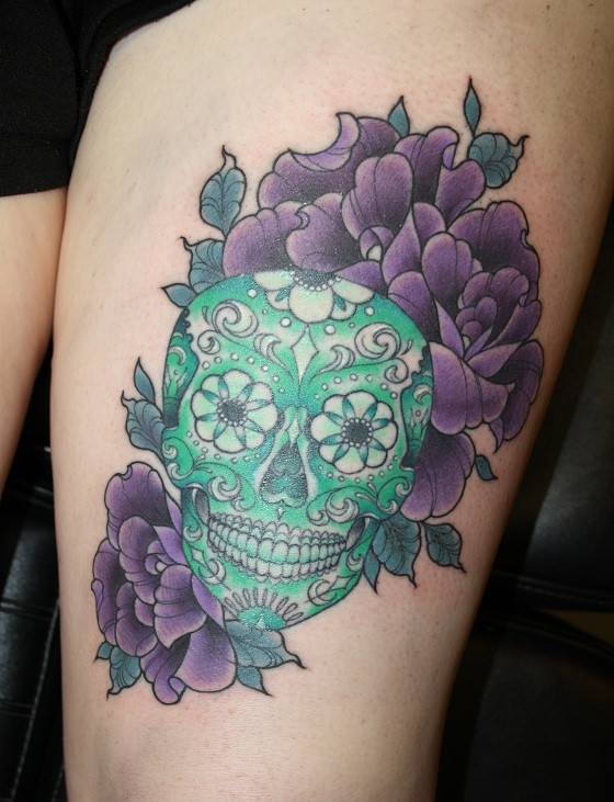 Tatuaggio carino il teschio verde & i fiori violi